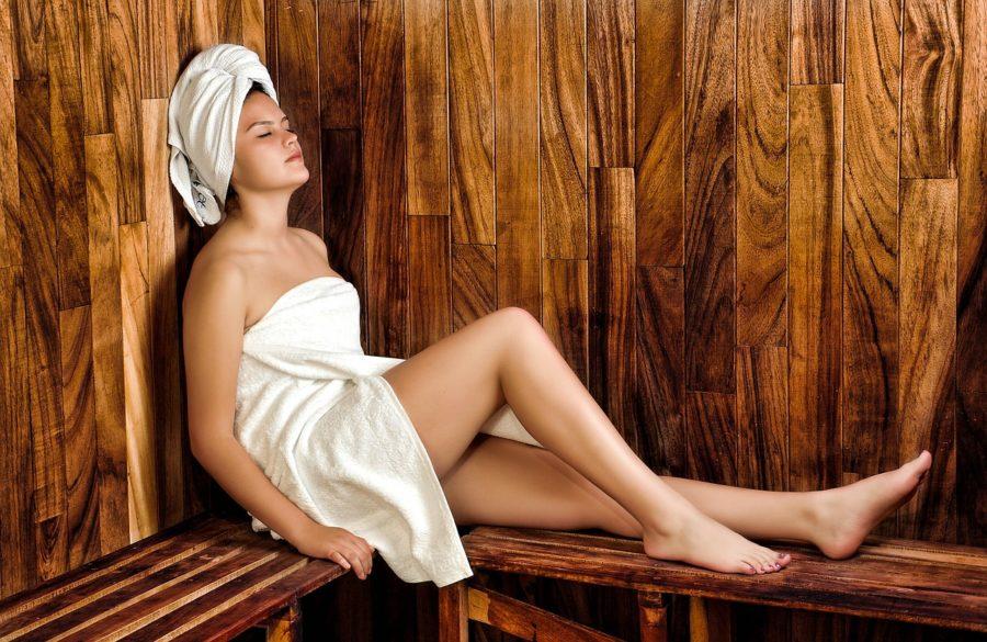 Frau in einer Hütte mit Sauna